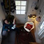 Hanke zit op het slaapbankje gezien vanaf de slaaploft