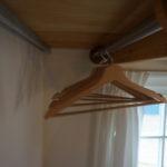 Lege hangertjes aan een buis in de keuken
