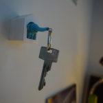 Een sleutelhanger van een klein olifantje in een huisje