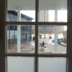 Het zicht op Strijp-S door de voordeur van het Waterlandhuisje